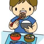 食事を取る男児