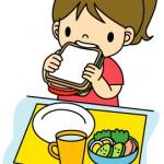 食事を取る女児
